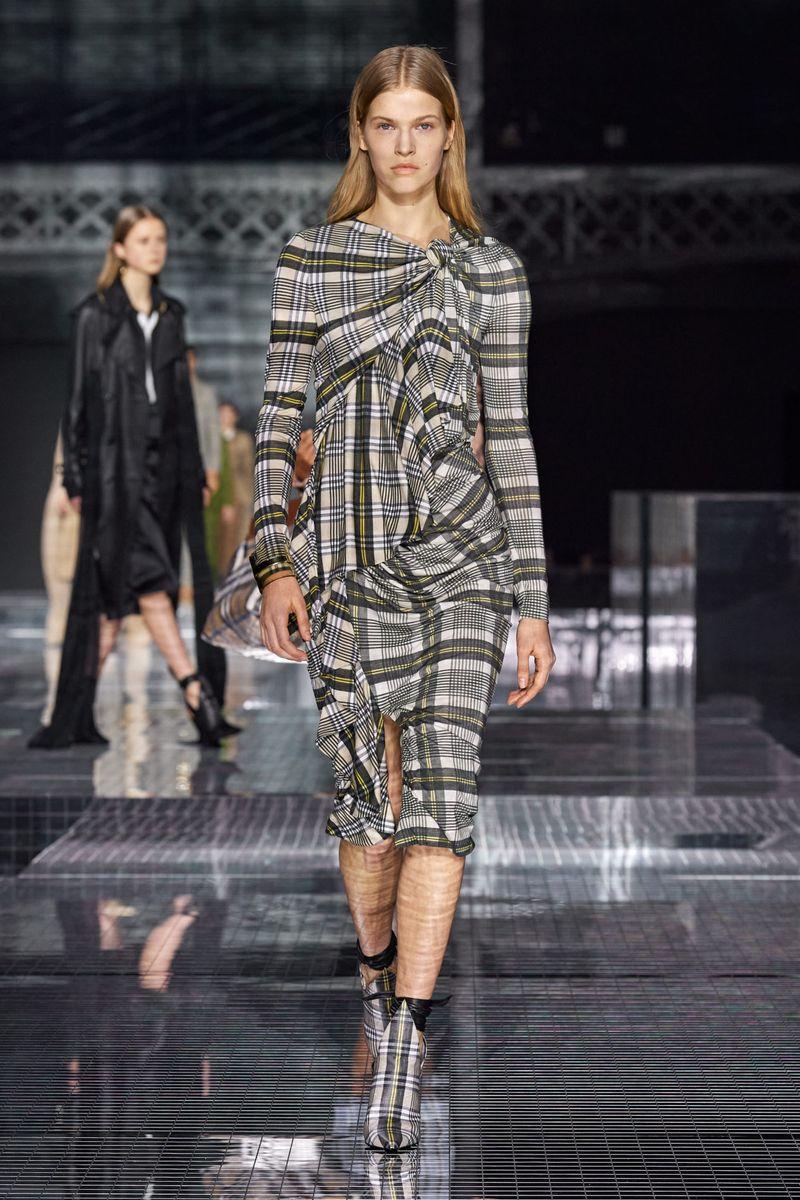 Модное платье осень-зима 2020-2021 из коллекции Burberry