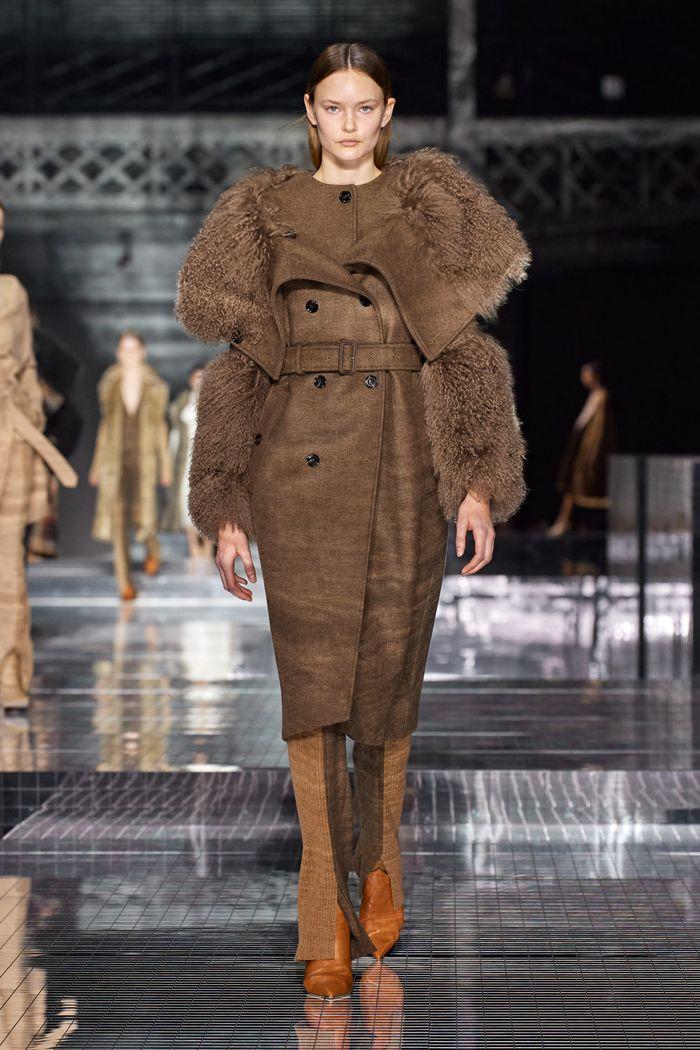 Модная сложноскроенная одежда осень-зима 2020-2021 из коллекции Burberry