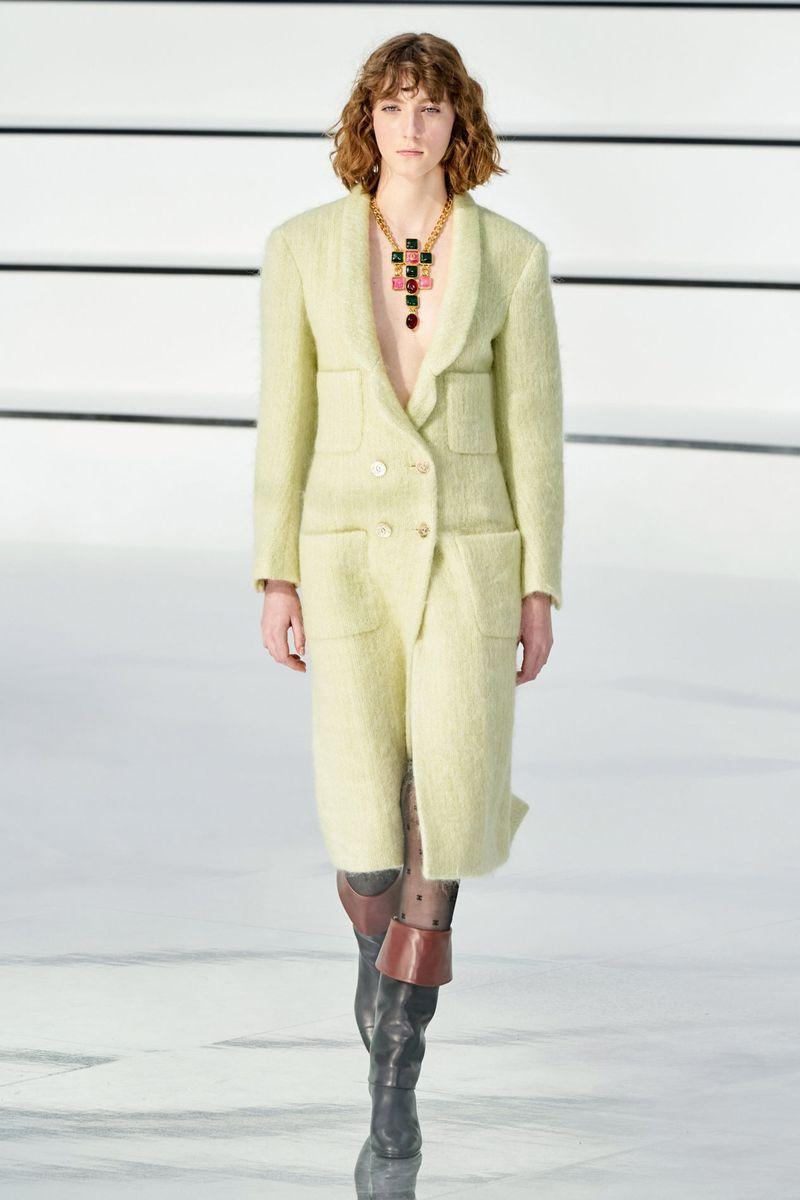 Самый модный цвет - яркое желтое-зеленое пальто из коллекции Chanel