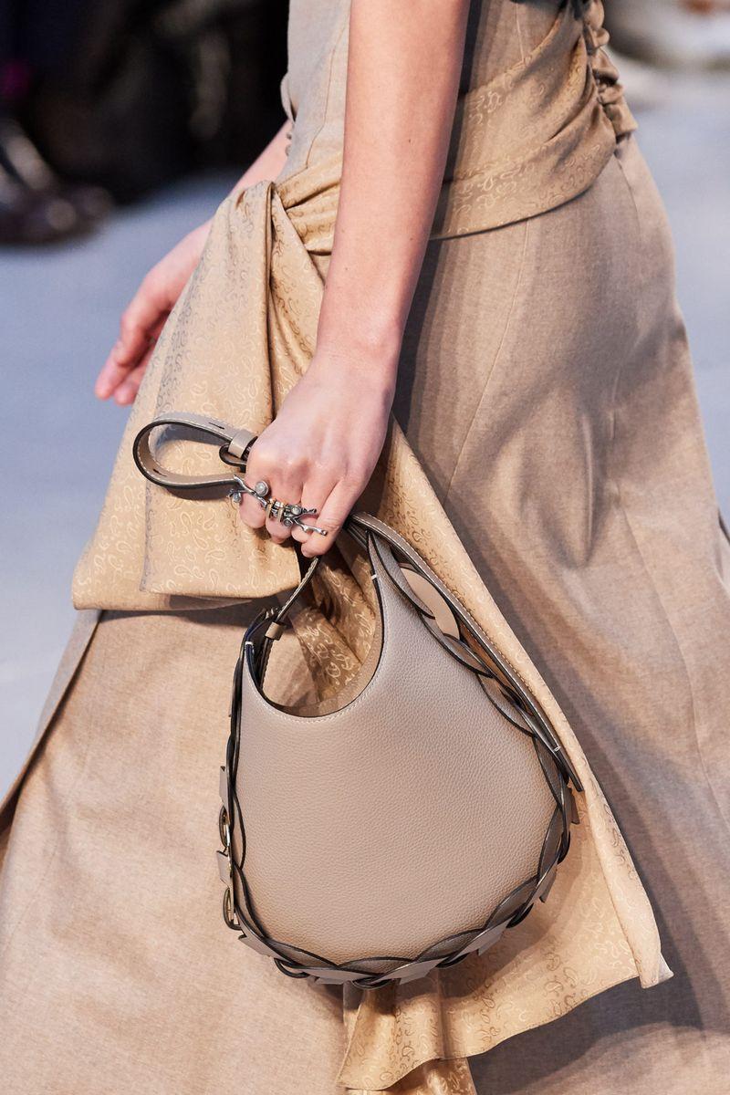 Модные сумки осень-зима 2020-2021 модель хобо из коллекции Chloé