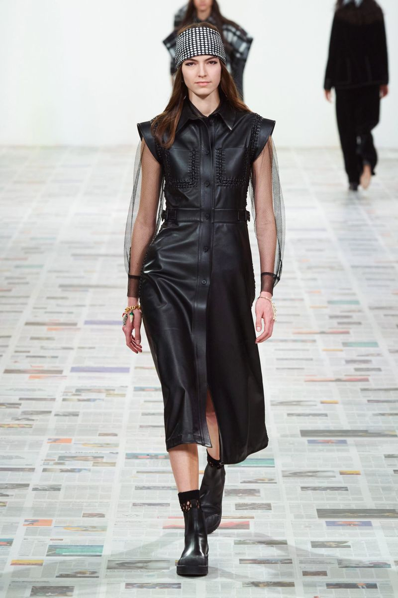 Модное кожаное платье осень-зима 2020-2021 из коллекции Christian Dior
