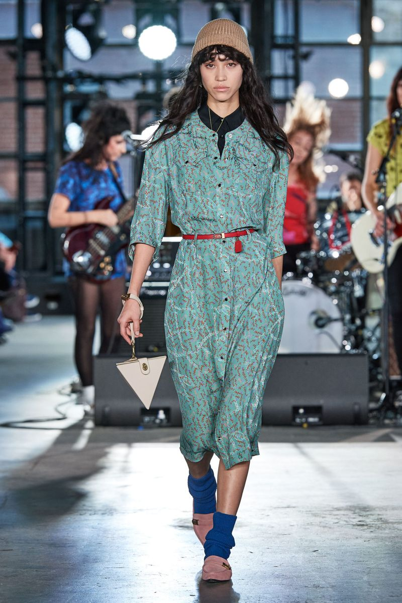 Модное платье-рубашка осень-зима 2020-2021 из коллекции Coach