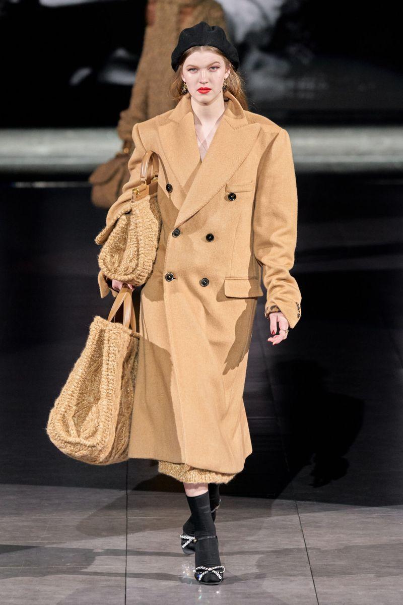 Самый модный фасон осень-зима 2020-2021 - пальто-пиджак с объемными плечами из коллекции Dolce & Gabbana