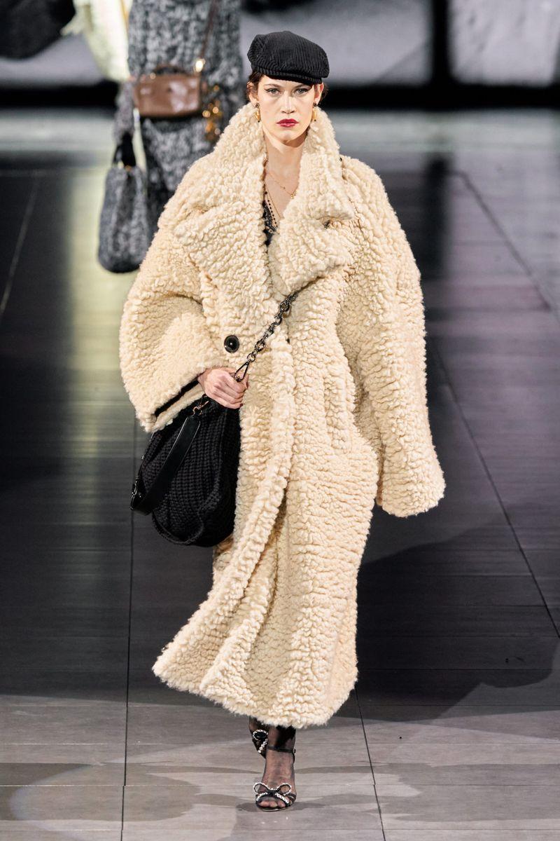 Шубы модели оверсайз из плюша. Коллекция зима 2021 Dolce & Gabbana