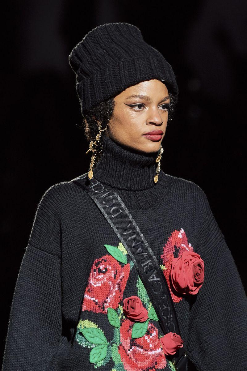 Модная вязаная шапка осень-зима 2020-2021 из коллекции Dolce & Gabbana