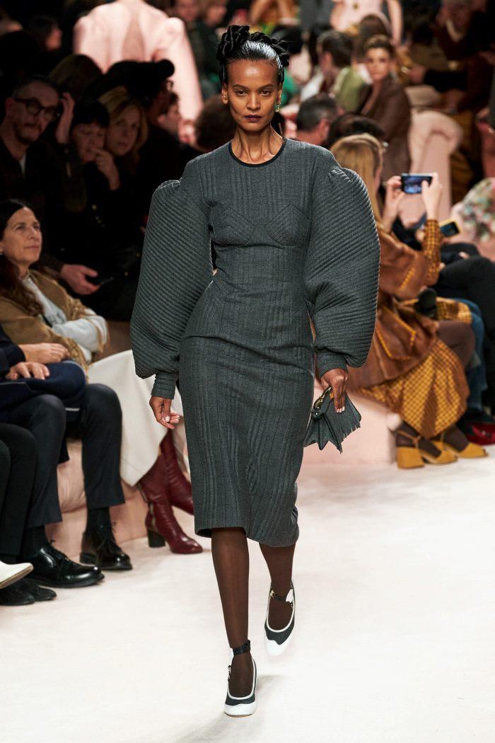 Тренд в одежде осень-зима 2020-2021 - объемные плечи. Образ из коллекции Fendi