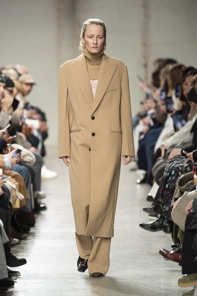 Самый модный фасон осень-зима 2020-2021 - пальто-пиджак с объемными плечами из коллекции Gauchere