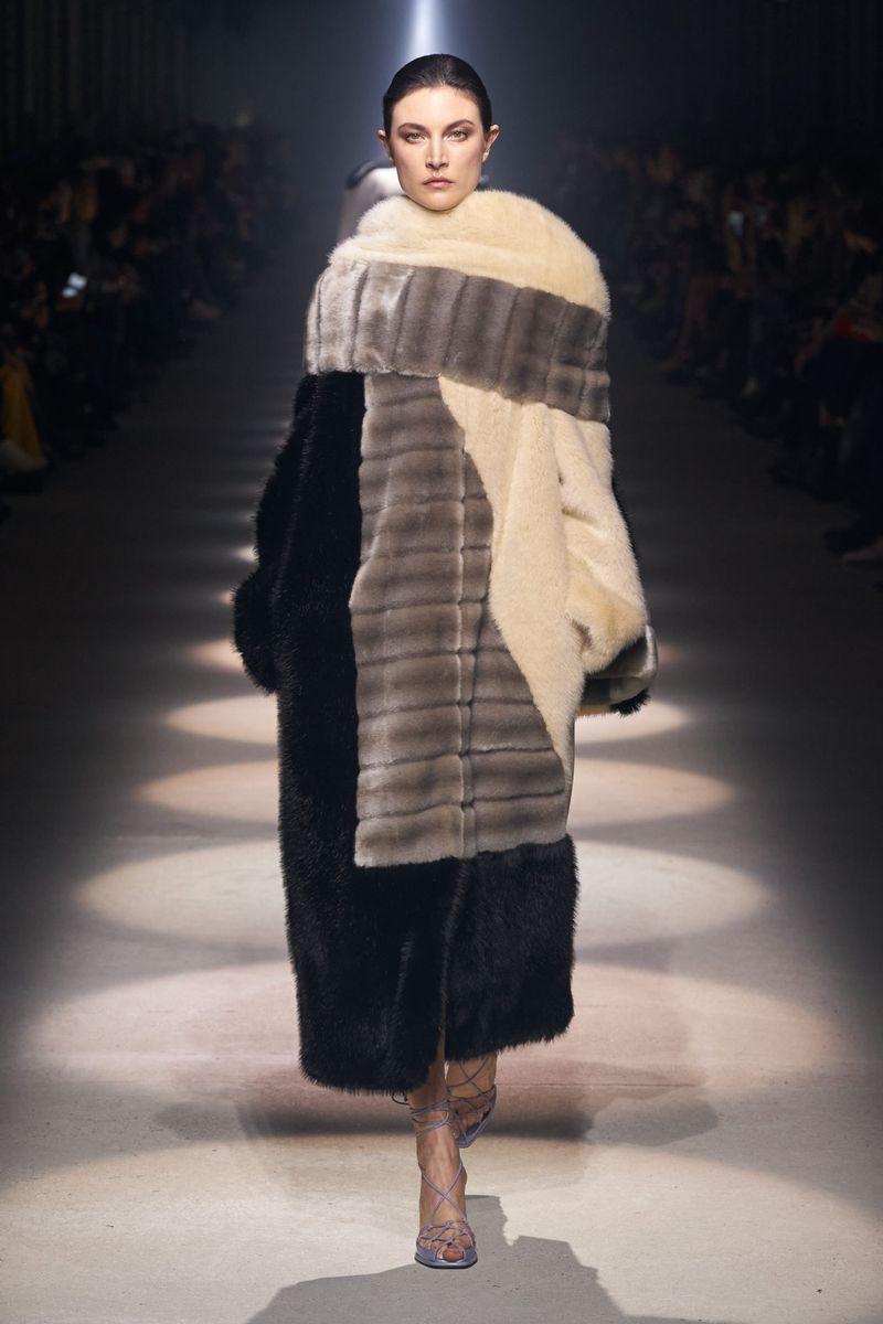 Модная шуба с комбинированным мехом из коллекции зима 2021 Givenchy