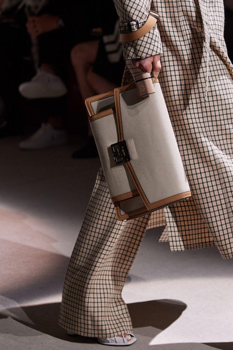 Модные сумки осень-зима 2020-2021 модель барсетка из коллекции Givenchy