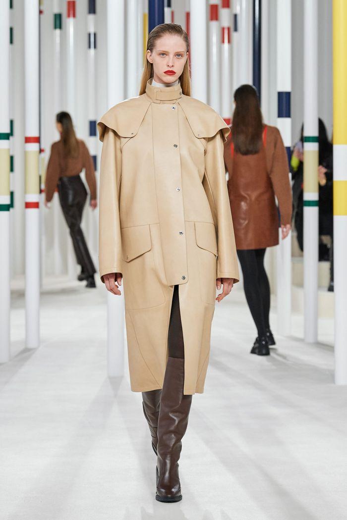 Модные тренды женской одежды осень-зима 2020-2021. Плащ из коллекции Hermès