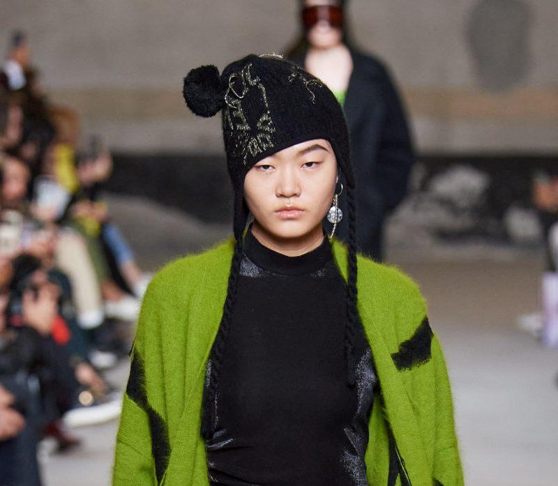 Модная вязаная шапка осень-зима 2020-2021 из коллекции Iceberg