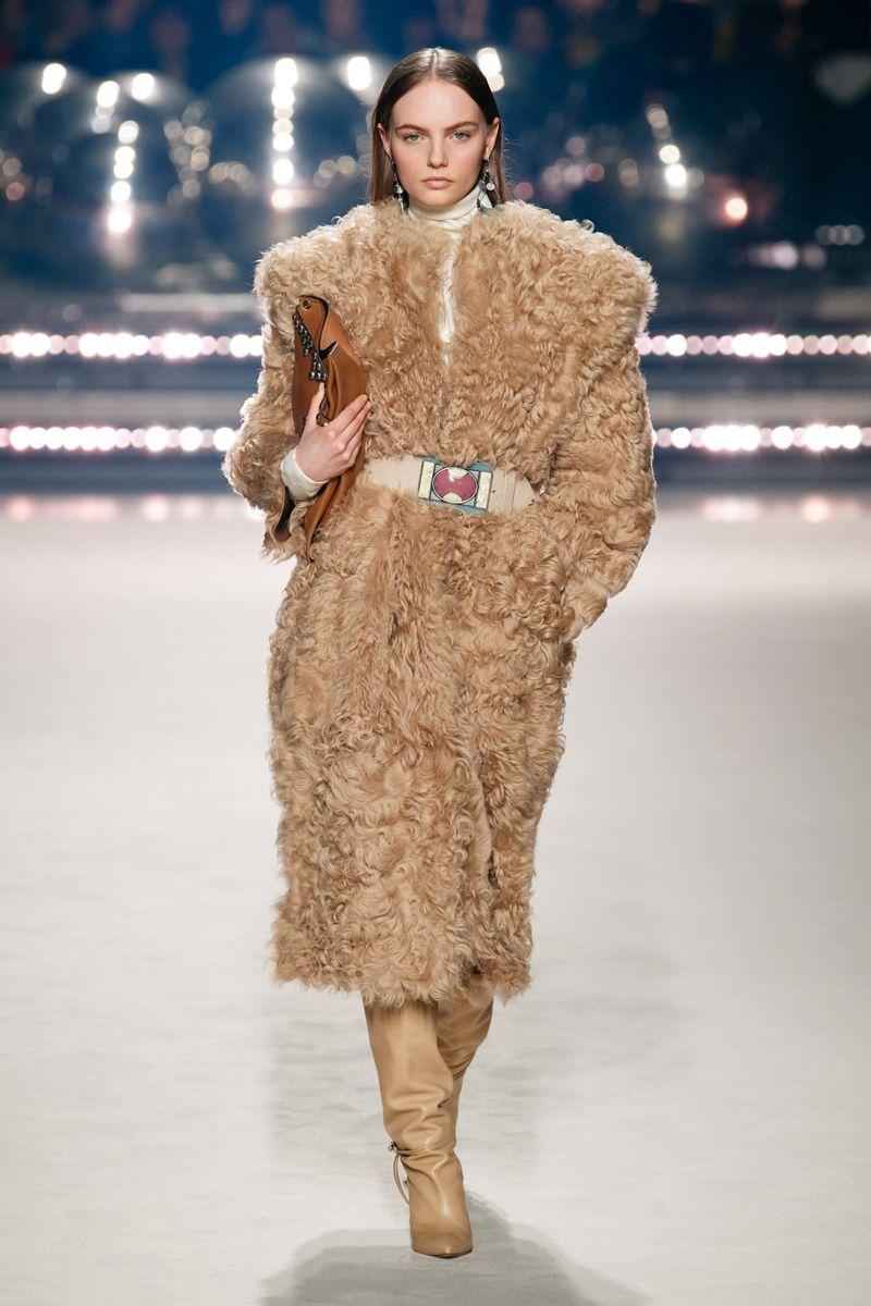 Модная шуба из каракуля из коллекции зима 2021 Isabel Marant