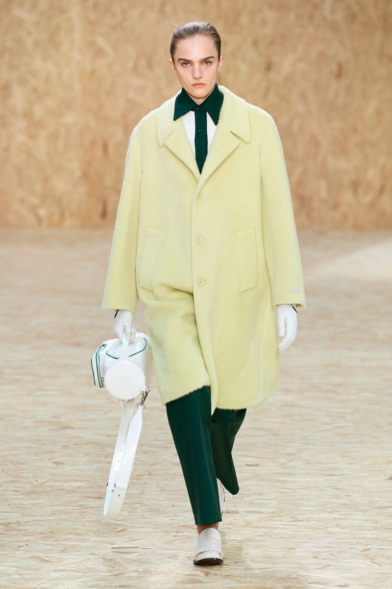 Самый модный цвет - яркое желтое-зеленое пальто из коллекции Lacoste