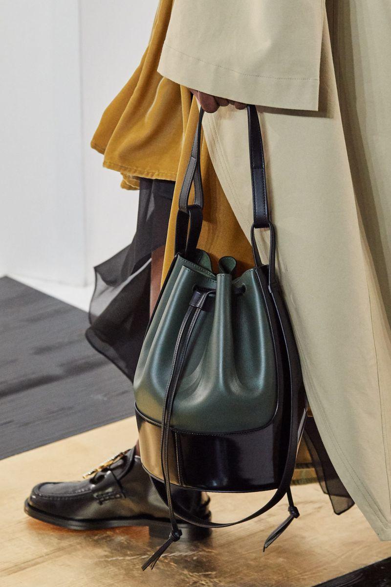 Модные сумки осень-зима 2020-2021 модель мешок из коллекции Loewe