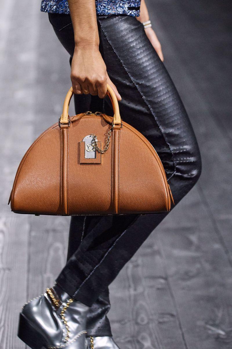 Модные сумки осень-зима 2020-2021 модель полумесяц из коллекции Louis Vuitton