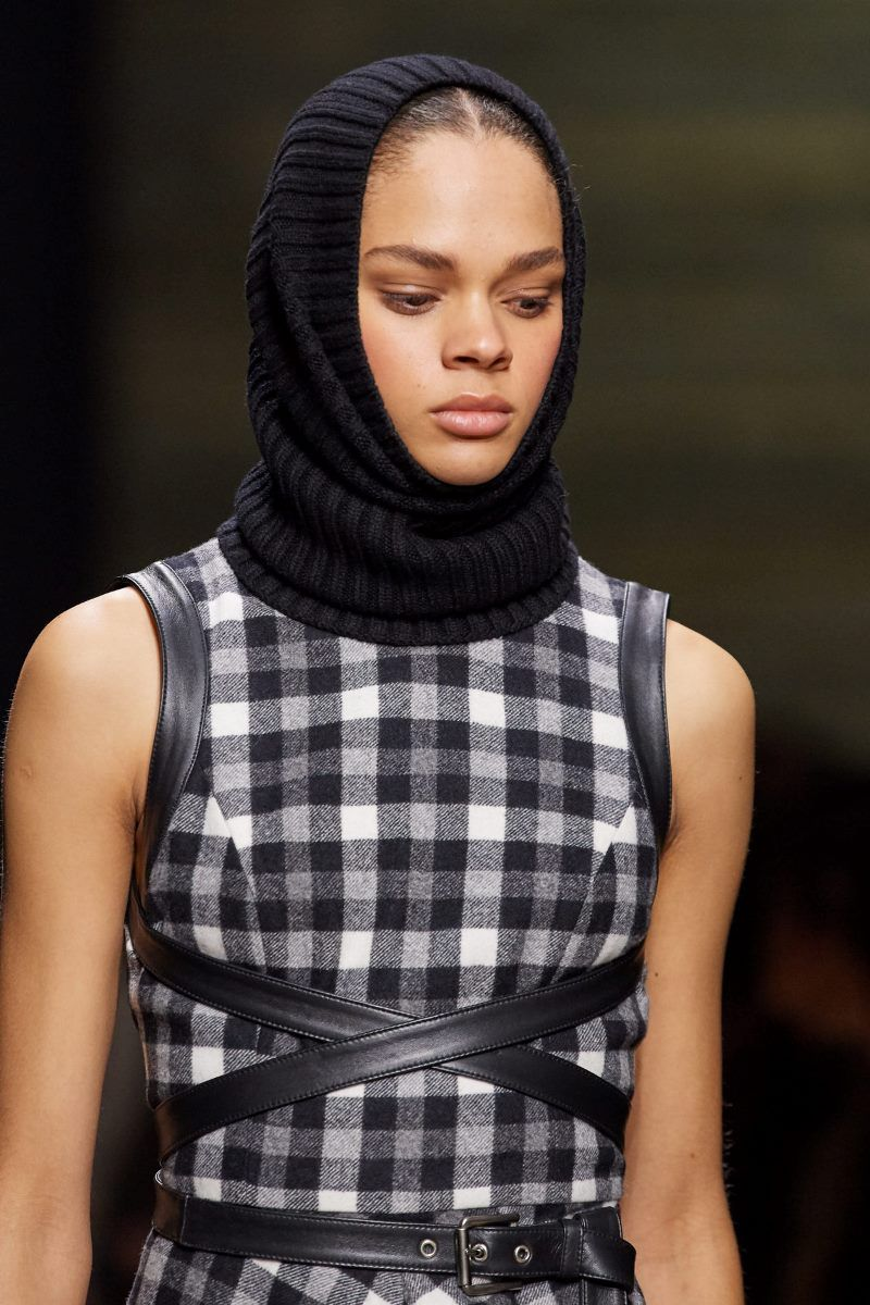 Модная вязаная шапка осень-зима 2020-2021 из коллекции Michael Kors