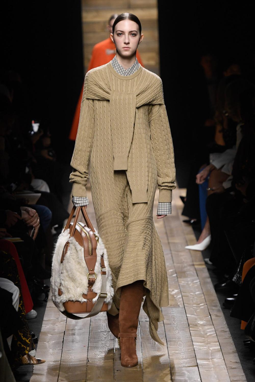 Модное длинное вязаное платье осень-зима 2020-2021 из коллекции Michael Kors Collection