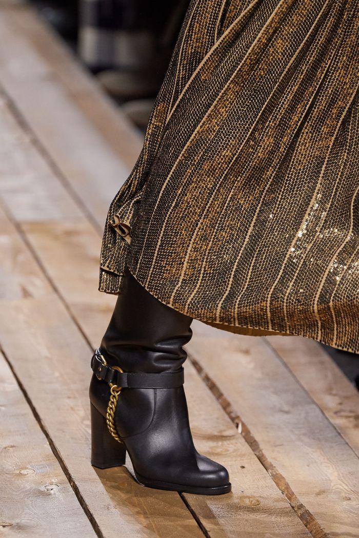 Модная женская обувь сезона осень-зима 2020-2021 - сапоги с металлическим декором из коллекции Michael Kors