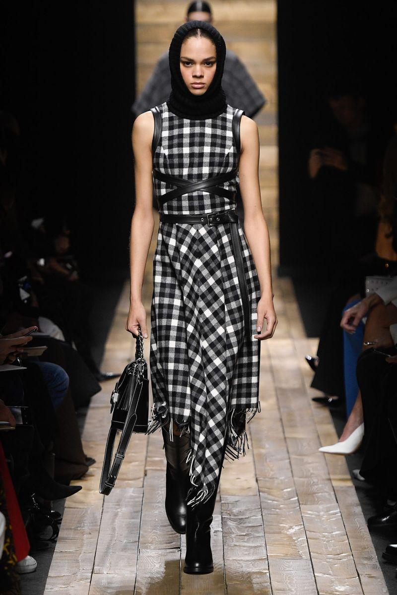 Модное клетчатое платье осень-зима 2020-2021 из коллекции Michael Kors Collection