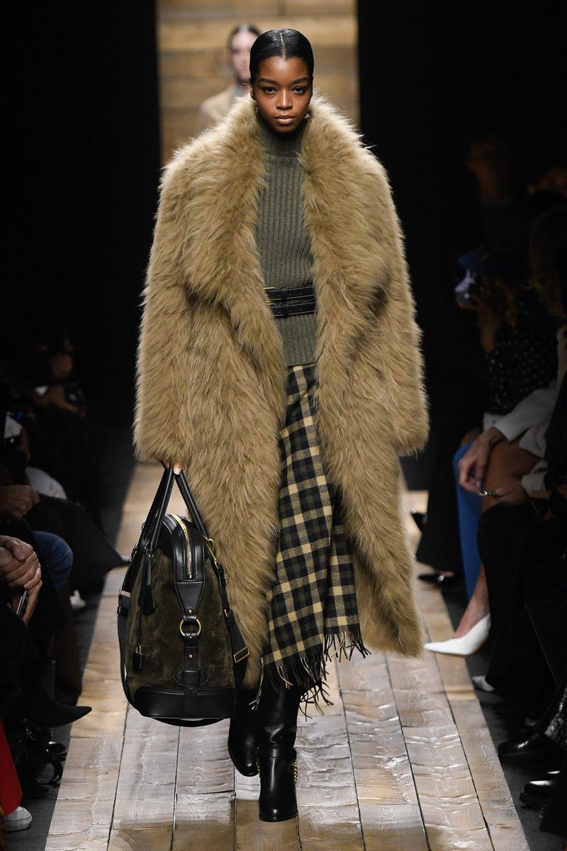 Модная шуба с длинным ворсом из коллекции зима 2021 Michael Kors