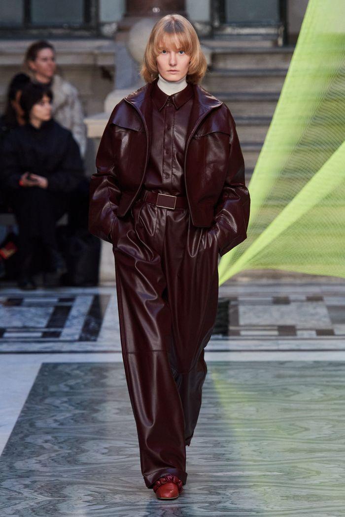 Модная женская одежда осень-зима 2020-2021 из кожи. Коллекция Roksanda