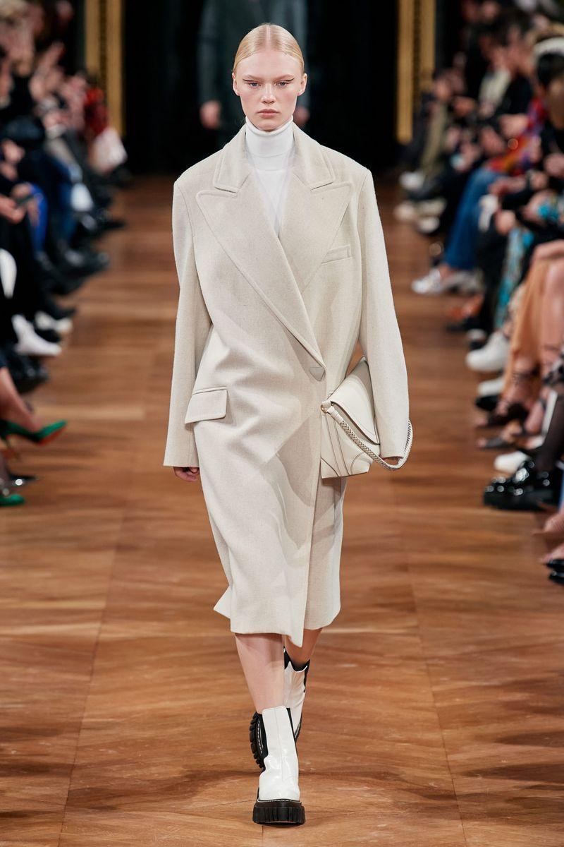 Самый модный фасон осень-зима 2020-2021 - пальто-пиджак с объемными плечами из коллекции Stella McCartney