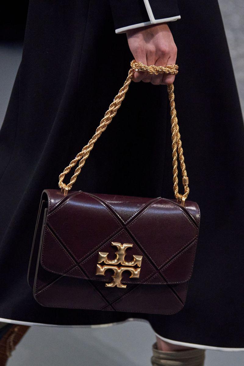 Модные сумки осень-зима 2020-2021 с пряжками из коллекции Tory Burch