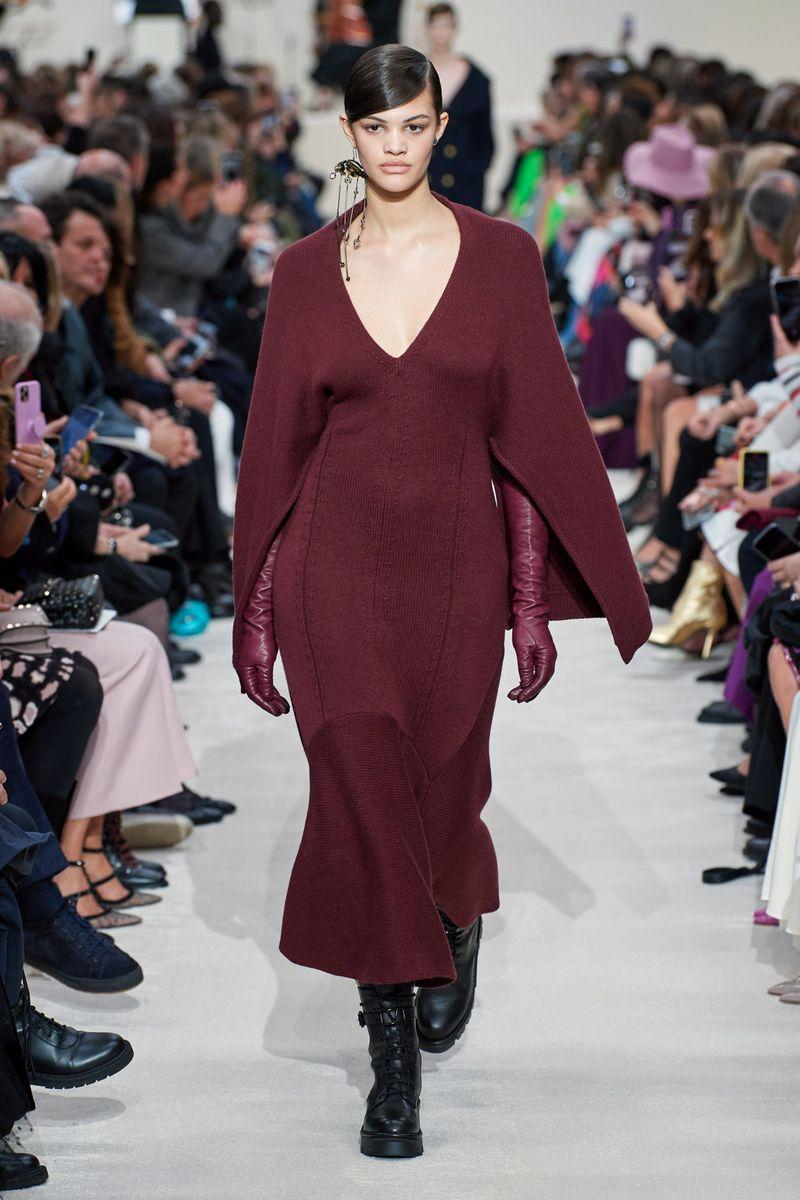 Модное платье-кейп осень-зима 2020-2021 из коллекции Valentino