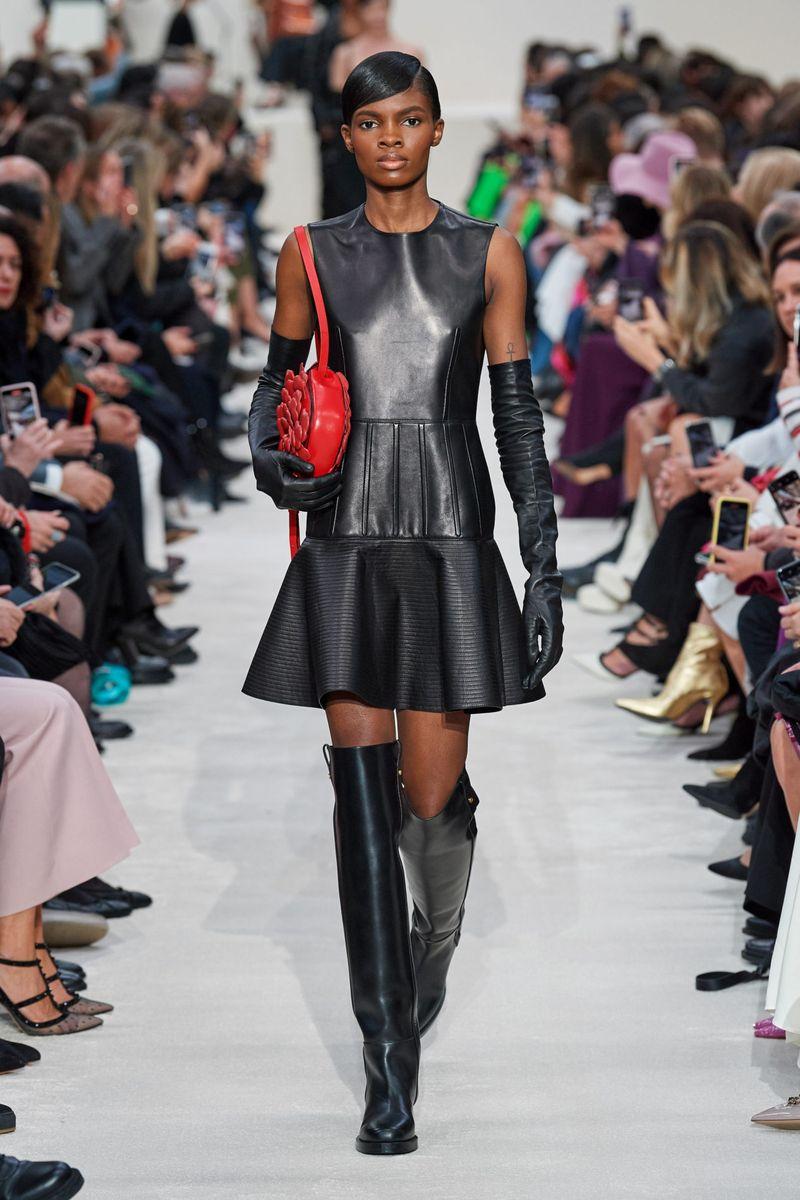 Модное кожаное платье осень-зима 2020-2021 из коллекции Valentino