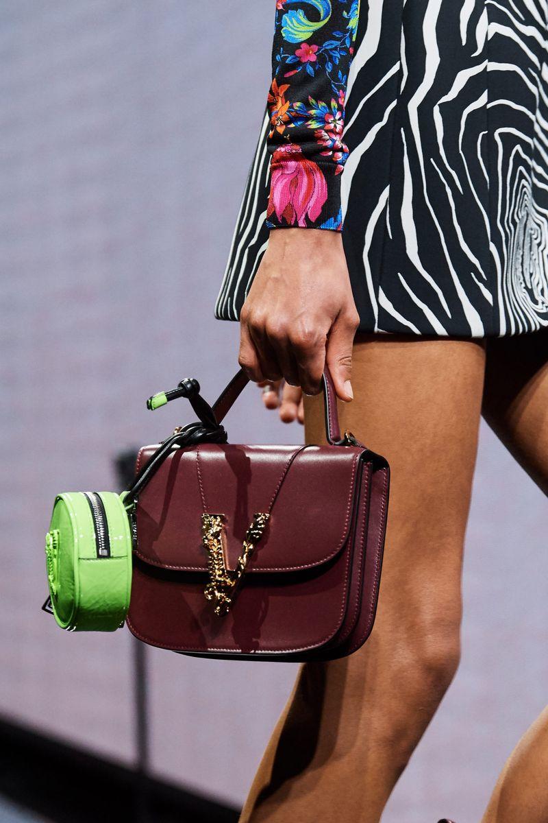 Модные сумки осень-зима 2020-2021 с пряжками из коллекции Versace