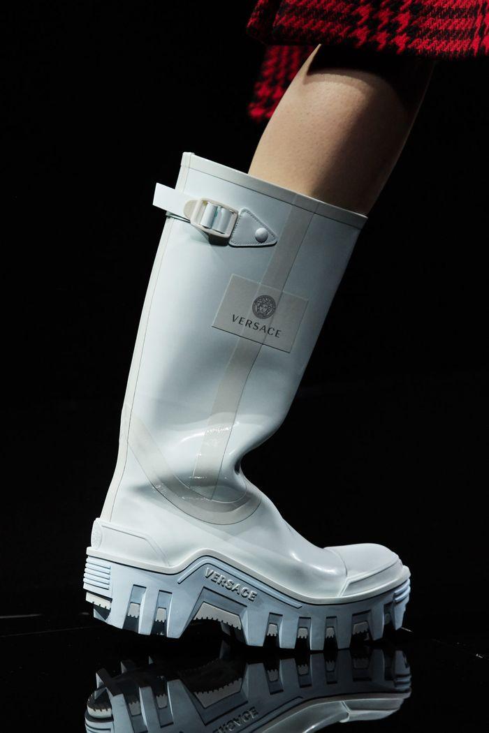 Модная женская обувь сезона осень-зима 2020-2021 - резиновые сапоги из коллекции Versace