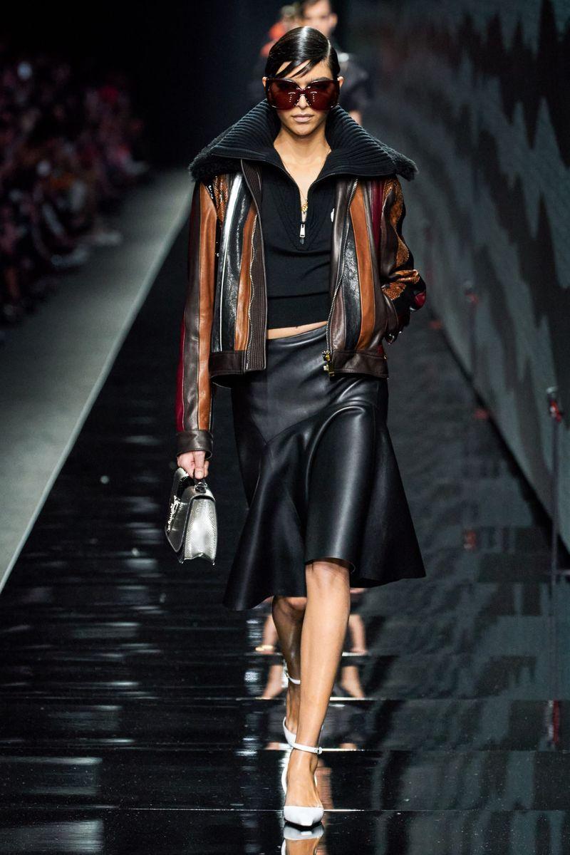 Модные кожаные юбки осень-зима 2020-2021 из коллекции Versace
