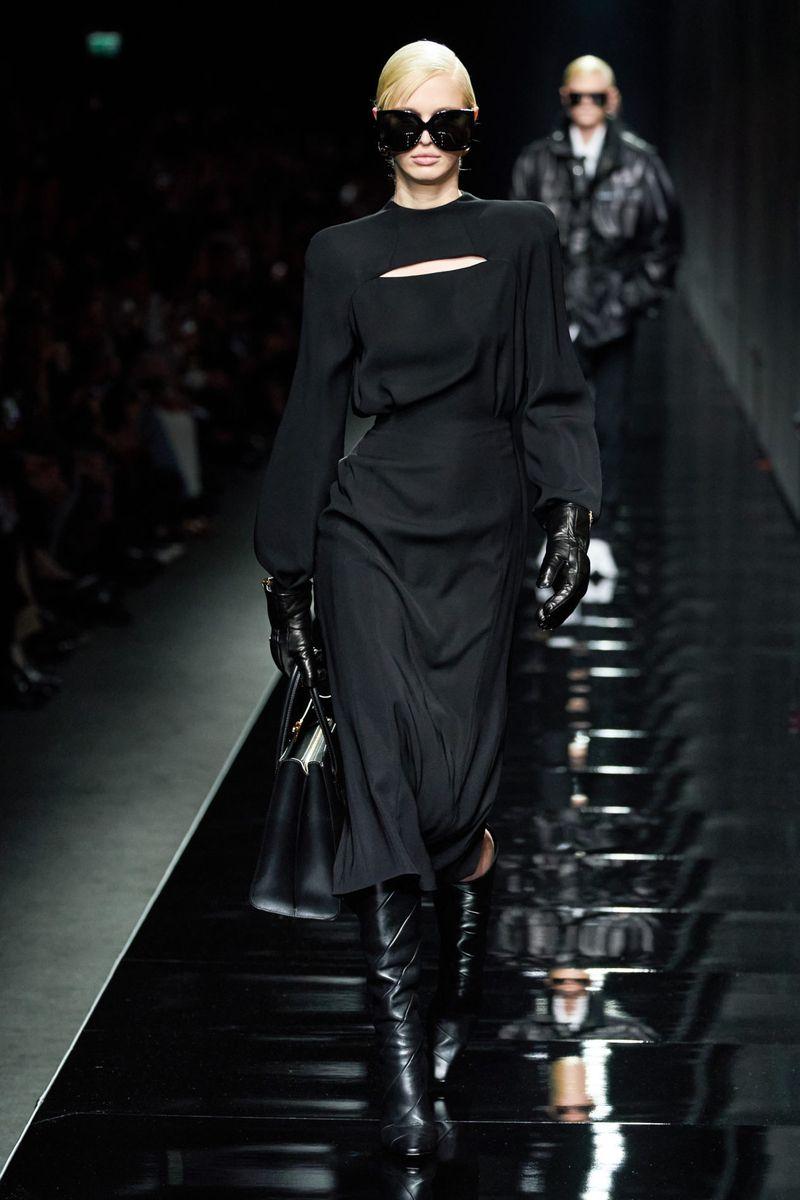 Модное платье-футляр осень-зима 2020-2021 из коллекции Versace
