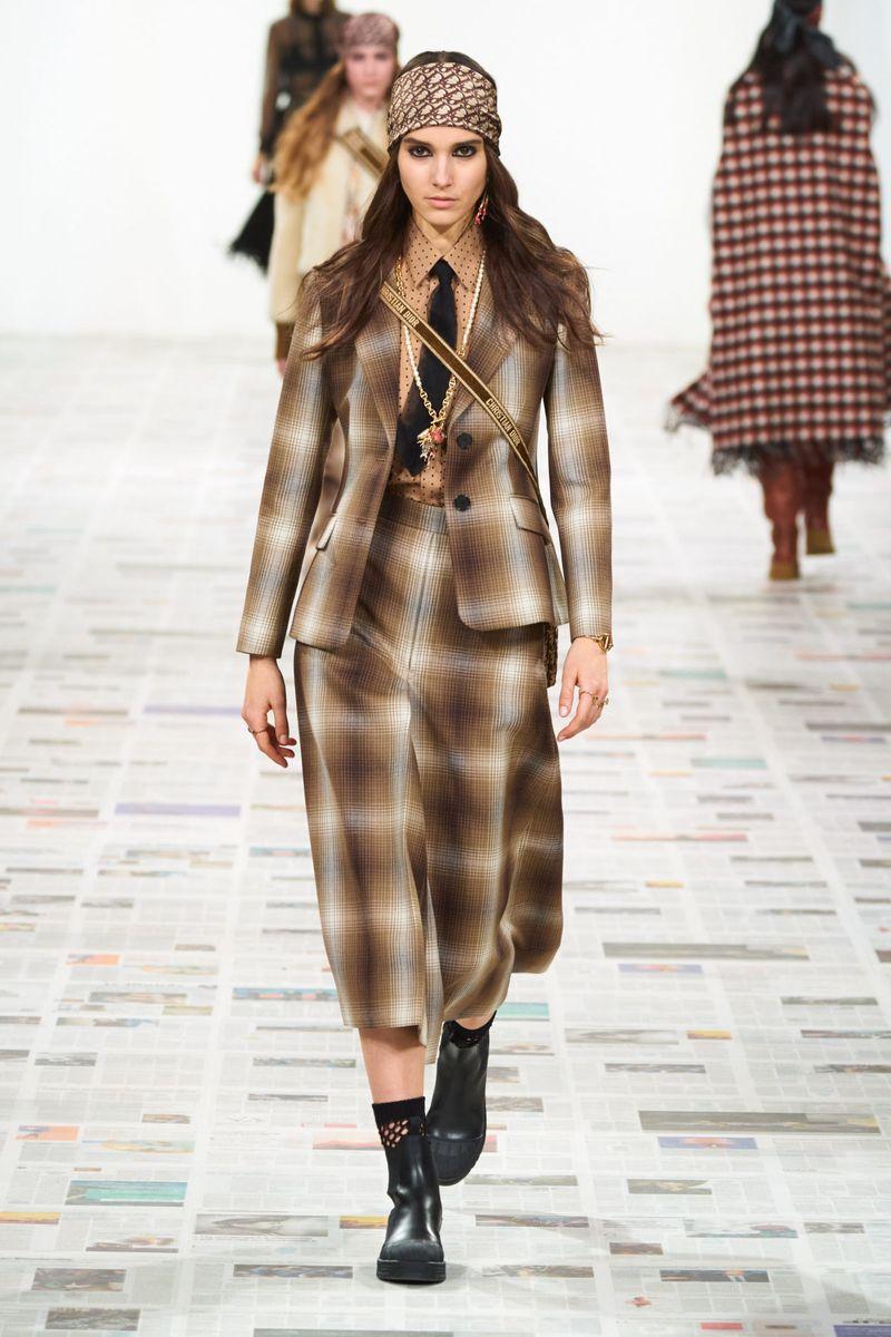 Модная рубашка с галстуком из коллекции осень-зима 2020-2021 Christian Dior