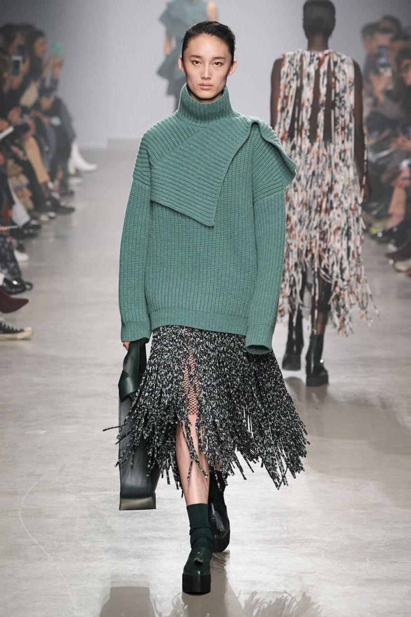 Модный объемный свитер из коллекции осень-зима 2020-2021 Christian Wijnants