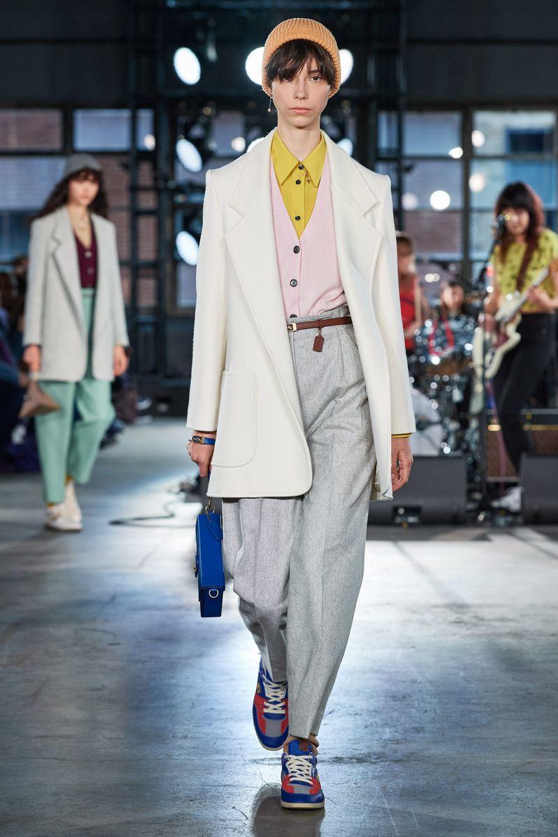 Модные брюки бананы из коллекции осень-зима 2020-2021 Coach
