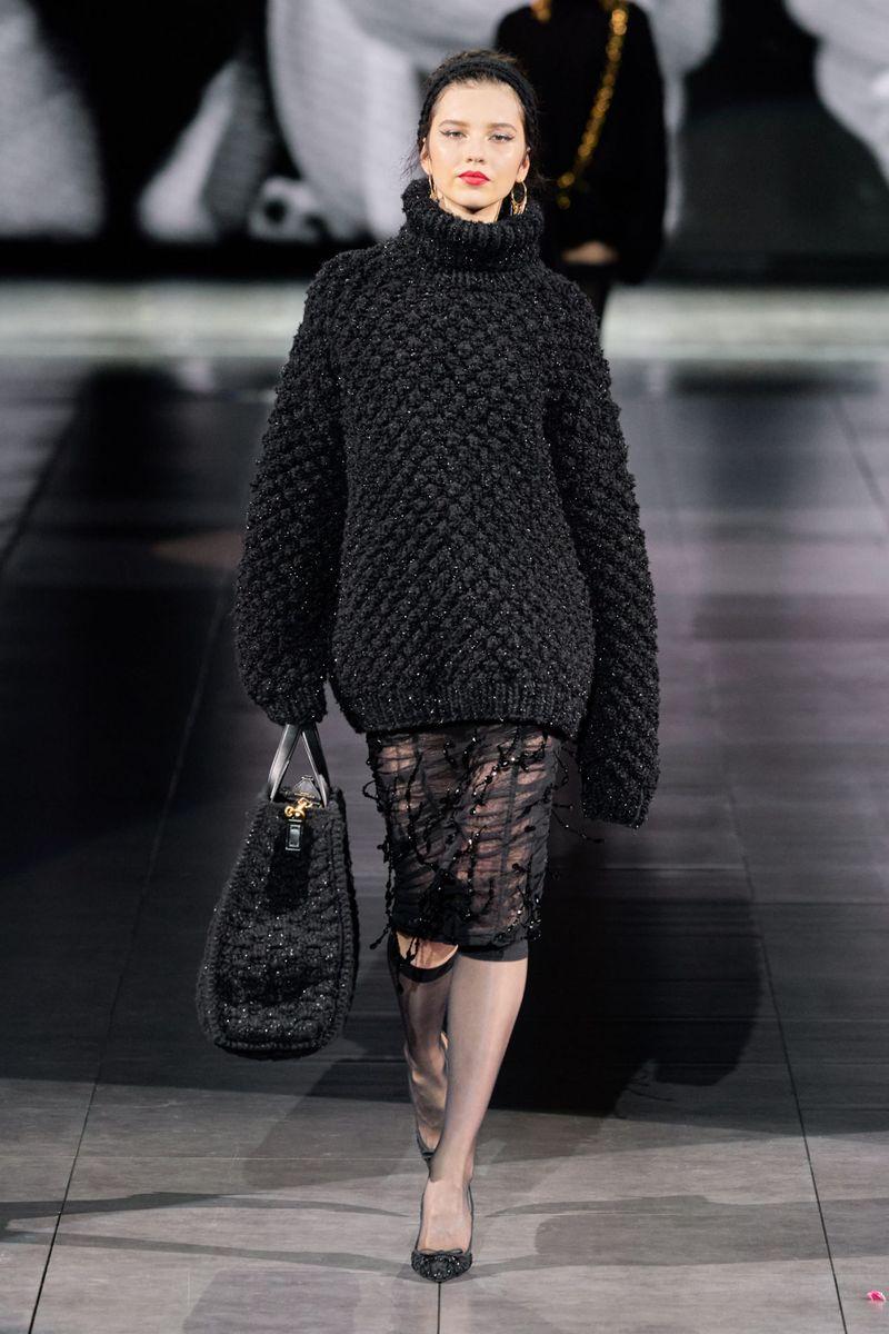 Модный объемный свитер из коллекции осень-зима 2020-2021 Dolce & Gabbana