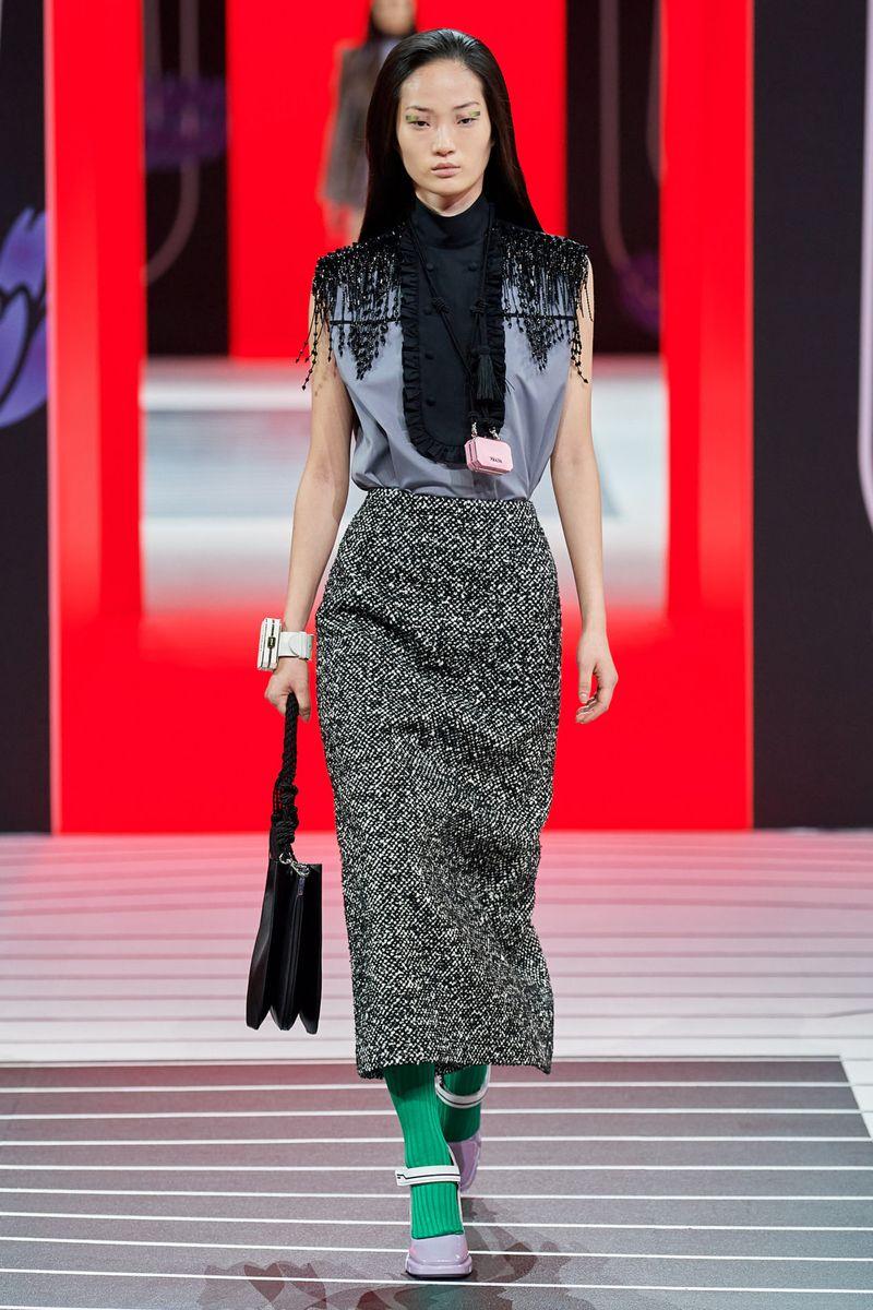 Модная блузка без рукавов с подплечниками из коллекции осень-зима 2020-2021 Prada