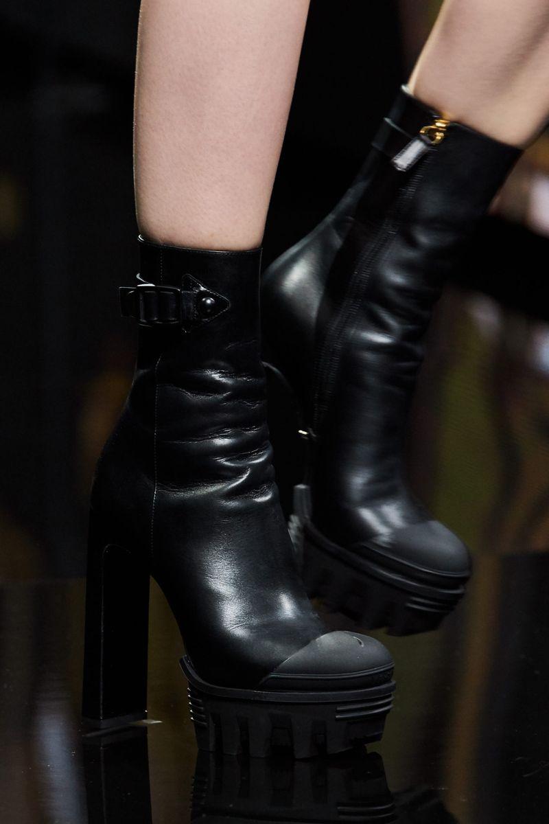 Модные сапоги осень-зима 2020-2021 из коллекции Versace