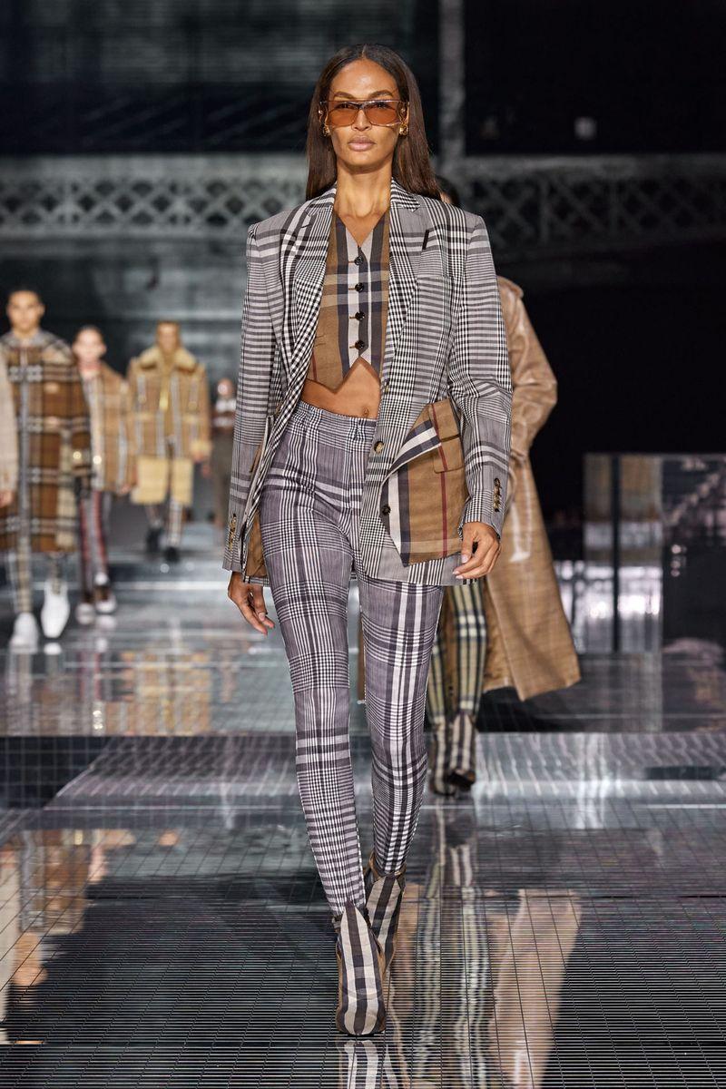 Модный женский костюм тройка из коллекции осень-зима 2020-2021 Burberry
