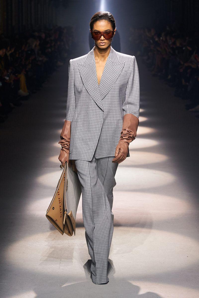 Модный женский костюм свободного кроя из коллекции осень-зима 2020-2021 Givenchy
