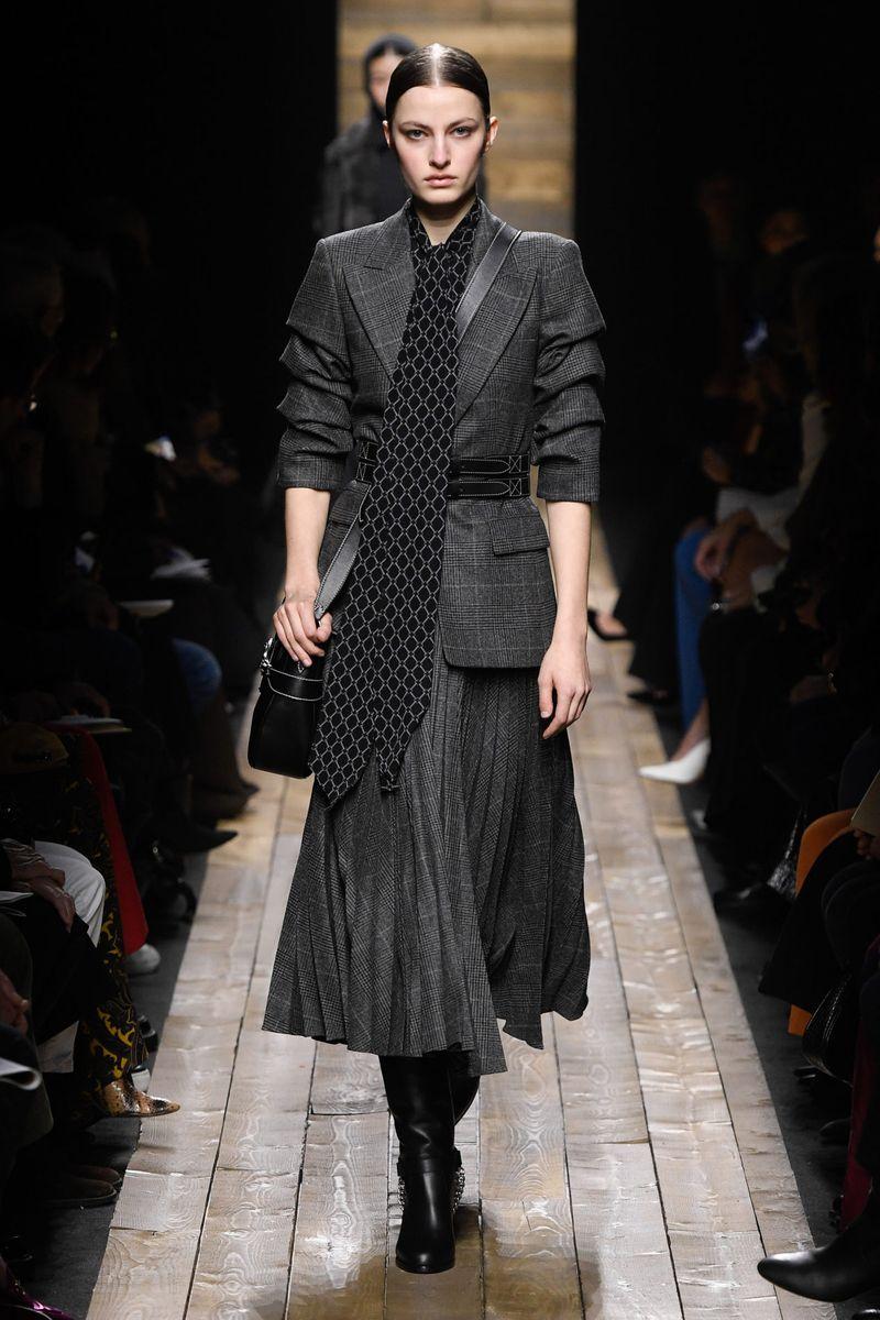 Модный женский костюм с юбкой коллекции осень-зима 2020-2021 Michael Kors Collection