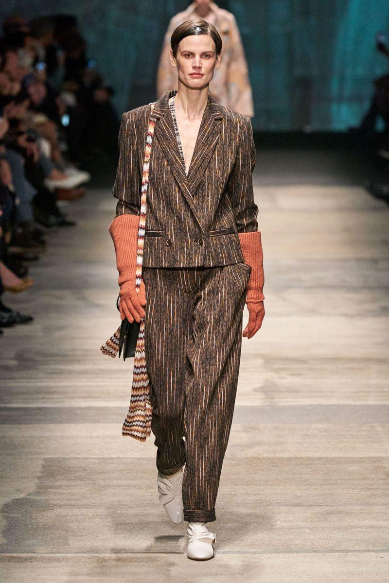 Модный женский костюм с укороченным пиджаком коллекции осень-зима 2020-2021 Missoni