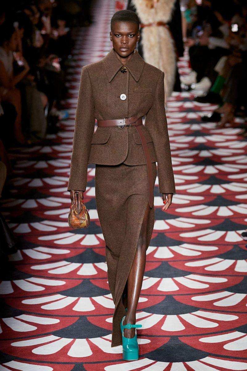 Модный женский костюм с юбкой коллекции осень-зима 2020-2021 Miu Miu