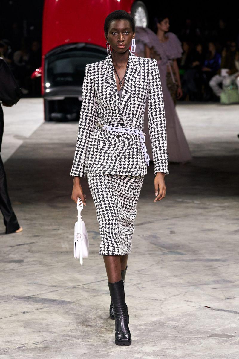 Модный женский костюм с юбкой коллекции осень-зима 2020-2021 Off-White