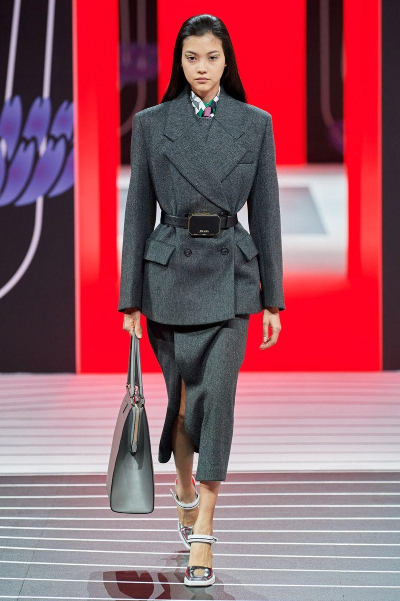 Модный женский костюм с юбкой коллекции осень-зима 2020-2021 Prada
