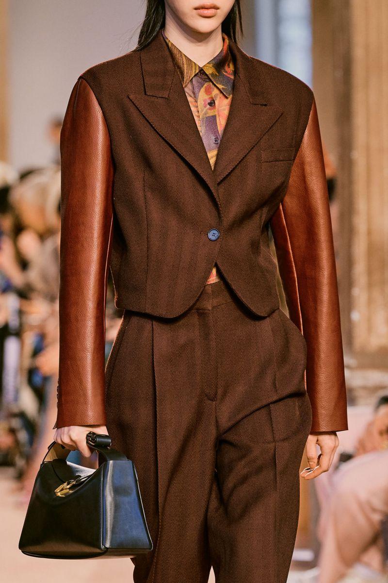 Модный женский костюм с укороченным пиджаком коллекции осень-зима 2020-2021 Salvatore Ferragamo