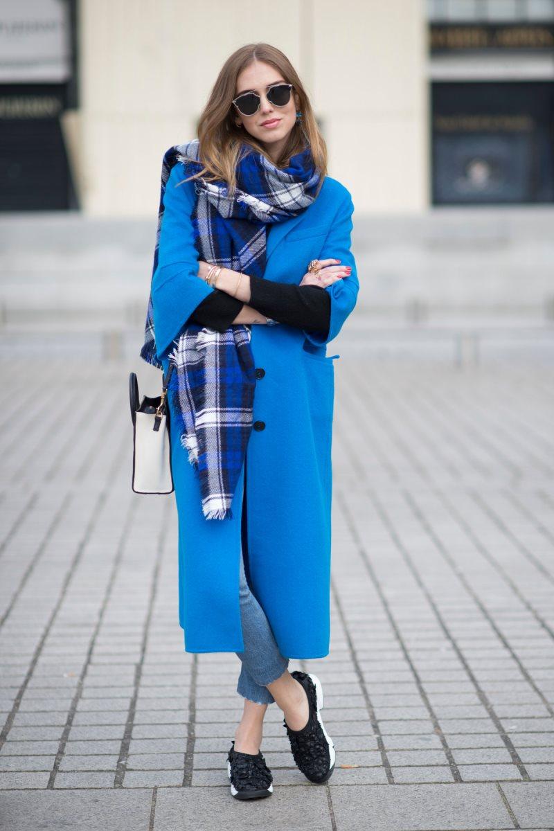 Какой шарф подходит к синему пальто