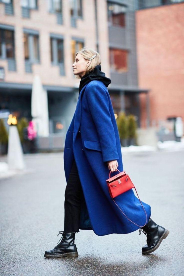 Синее пальто прямого кроя