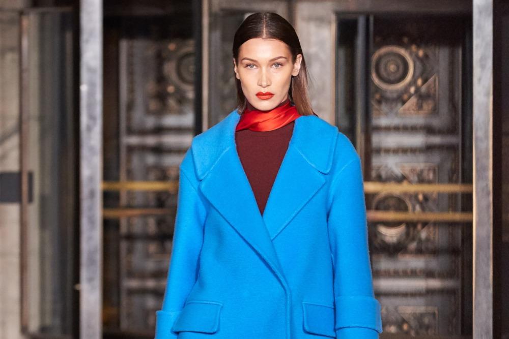 Синее пальто из коллекции осень-зима 2020-2021 Oscar de la Renta